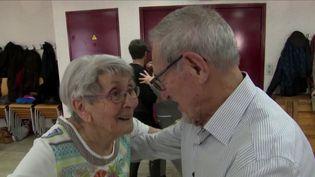 Un couple de nonagénaires, mariés depuis près de soixante-dix ans, se sont rencontrés en dansant. Depuis, ils n'ont plus jamais quitté la piste de danse. Reportage dans l'Orne. (France 3)