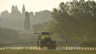 Un agriculteur français asperge un champ de glyphosate à Saint-Germain-sur-Sarthe (Sarthe), le 16 septembre 2019. (JEAN-FRANCOIS MONIER / AFP)