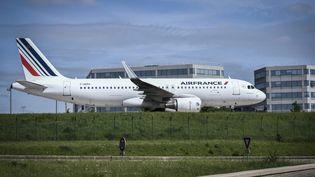 Un avion Air France se gare sur le tarmac del'aéroport de Roissy, près de Paris, le 24 avril 2018. (STEPHANE DE SAKUTIN / AFP)