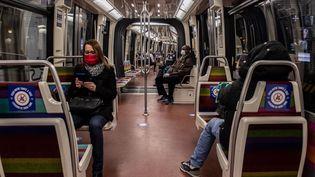 Des usagers dans une rame de métro, le 11 mai 2020 à Paris. (MARTIN BUREAU / AFP)