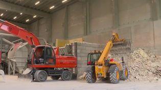 BTP Vert : La première opération consiste à faire un tri à la main pour éliminer les plus gros déchets. (France 3)