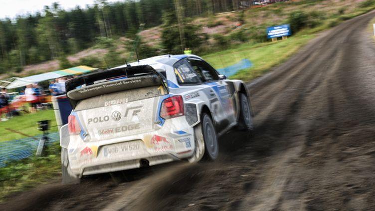 Sébastien Ogier (Volkswagen) chasse Jari-Matti Latvala en Finlande (BASTIEN BAUDIN / AUSTRAL)