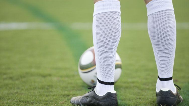 Le salarié, qui affirmait souffrir d'une entorse cervicale, a été surpris sur un terrain de foot par son patron. (  MAXPPP)