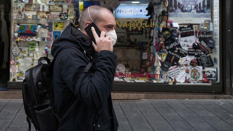 Un hommedans les rues du centre de Naples, le 9 mars 2020. (PAOLO MANZO / NURPHOTO)