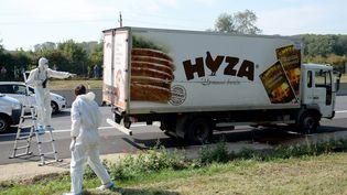 Le camion dans lequel ont été retrouvés les corps de 71 migrants, le long de l'autoroute A4 en Autriche, le 27 août 2015. (  MAXPPP)