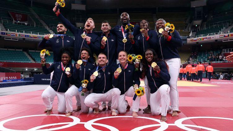 L'équipe de France aremporté la médailled'oren finale de l'épreuve mixte par équipesauxJeux olympiques de Tokyo, le 31 juillet 2021. (JACK GUEZ / AFP)