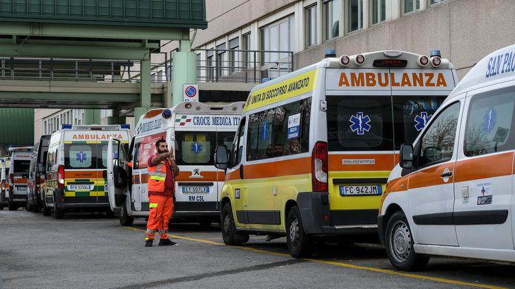 La file des ambulances devant les urgences de l'hôpital Tor Vergata de Rome, le 12 novembre 2020. (ANDREAS SOLARO / AFP)