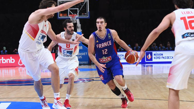 Nando De Colo, lors de la demi-finale de l'Eurobasket contre l'Espagne, le 17 septembre, à Villeneuve-d'Ascq (Nord). (EMMANUEL DUNAND / AFP)
