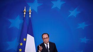 François Hollande s'exprime face à la presse après une réunion du Conseil européen consacrée au Brexit, le 29 avril 2017, à Bruxelles (Belgique). (CHRISTIAN HARTMANN / REUTERS)