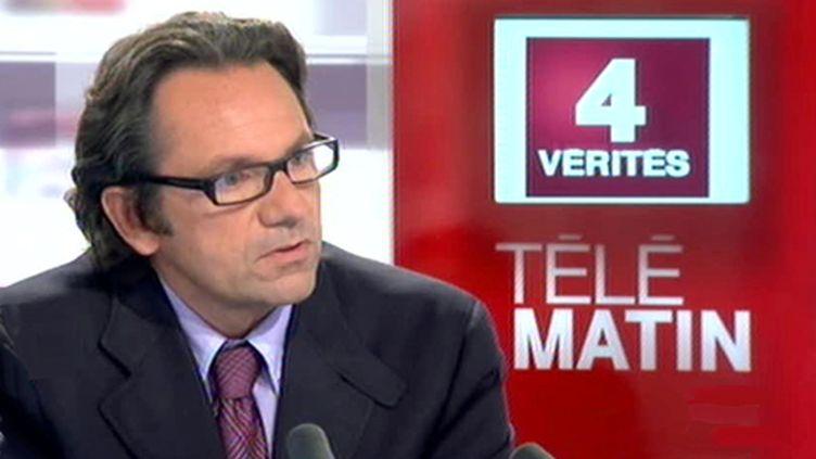 Le porte-parole de l'UMP Frédéric Lefebvre sur le plateau de France 2, le 6 septembre 2010. (France 2)