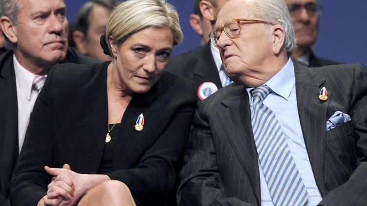 Jean-Marie Le Pen (à droite) et sa fille, Marine Le Pen (à gauche), le 16 janvier 2011 à Tours (Indre-et-Loire). (MIGUEL MEDINA / AFP)