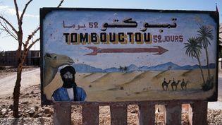 Panneau indiquant la direction de Tombouctou, au Mali. Les réalisateurs ont notamment filmé des scènes dans les milieux salafistes maliens. (ERIC BERACASSAT / ONLYFRANCE.FR / ONLY WORLD)