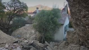 Alpes-de-Haute-Provence : un énorme bloc de roche détruit cinq maisons sans faire de victimes (Capture d'écran France 2)