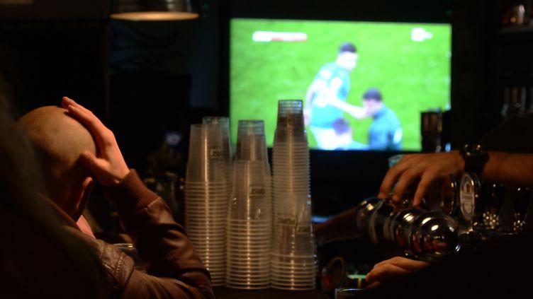 Illustration d'une retransmission dans un bar d'un match de football, le 13 novembre 2017 (photo d'illustration). (FILIPPO MONTEFORTE / AFP)