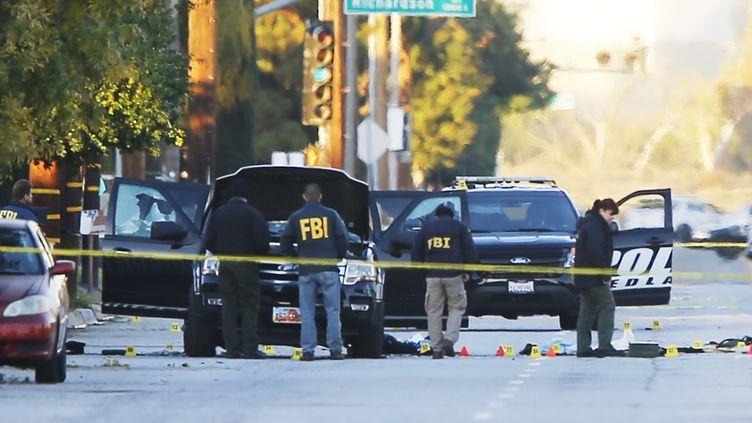 Des enquêteurs du FBI examinent le véhicule dans lequel les deux suspects de la tuerie de San Bernardino ont pris la fuite, le 3 décembre 2015, en Californie. (MIKE BLAKE / REUTERS)