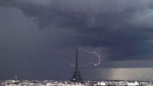 Un orage s'abat sur Paris, le 29 avril 2013. (CATERS NEWS AGENCY / SIPA)