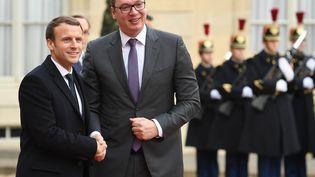Emmanuel Macron et le président serbe, Aleksandar Vucic, à l'Elysée, le 12 décembre 2017 à Paris. (ALAIN JOCARD / AFP)