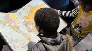 L'aventure au Salon du Livre et de la Presse Jeunesse de Montreuil. Fred Bernard et François Roca ont dessiné la carte du monde de leurs livres  (Laurence Houot / Culturebox)