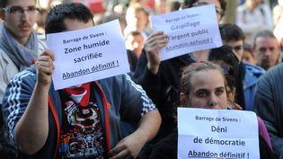 Des opposants au projet de barrage de Sivens demandent son abandon définitif, vendredi 31 octobre, devant le conseil général du Tarn. (ERIC CABANIS / AFP)