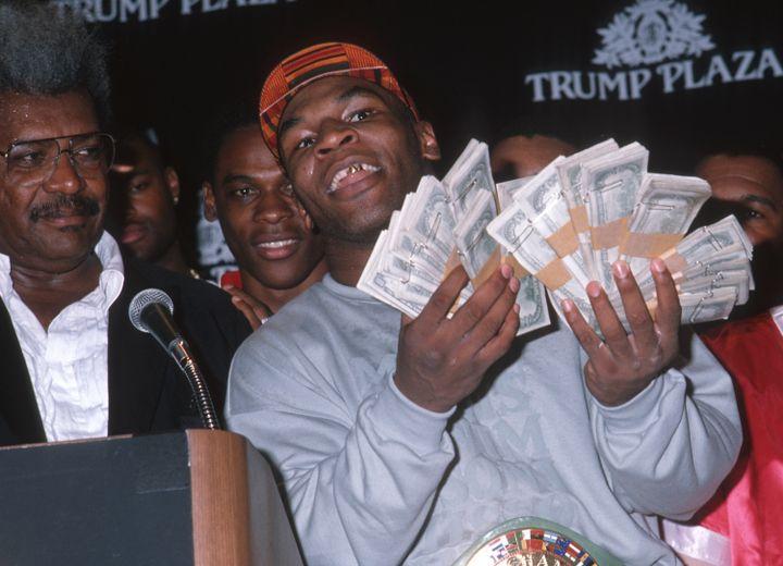 Le boxeur Mike Tyson fait étalage de sa fortune au Trump Plaza d'Atlantic City (Etats-Unis), le 21 juillet 1989 en marge d'un combat contre Carl Williams. (RON GALELLA, LTD. / RON GALELLA COLLECTION / GETTY IMAGES)