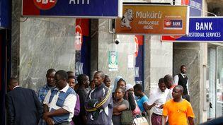Des Zimbabwéens font la queue devant une agence bancaire à Harare, capitale du pays, le 26 février 2019. (REUTERS - PHILIMON BULAWAYO / X02381)