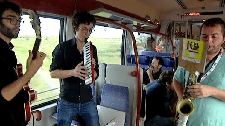 """""""Koa Jazz"""" en pleine performance dans un train entre Montpellier et Nîmes  (France3/Culturebox)"""
