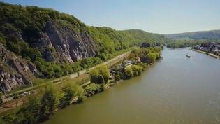 France 2 vous embarque pour une croisière, en péniche, dans le département de la Meuse, qui traverse la Belgique avant d'arriver en France. (FRANCE 2)