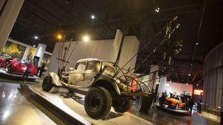 """La Nux Car du film """"Mad Max Fury Road"""" durant une exposition au Petersen Automotive Museum de Los Angeles (Californie, Etats-Unis), le 4 mai 2019. (ANGELA PAPUGA / GETTY IMAGES NORTH AMERICA / AFP)"""