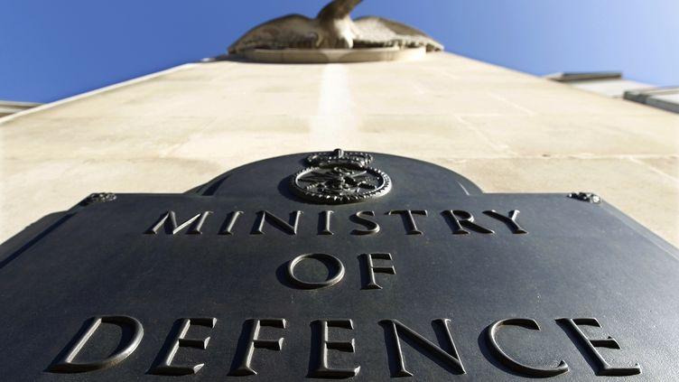 La plaque devant l'entrée du ministère de la Défense britannique, auquel un Afghan demande des comptes. (SUZANNE PLUNKETT / REUTERS)