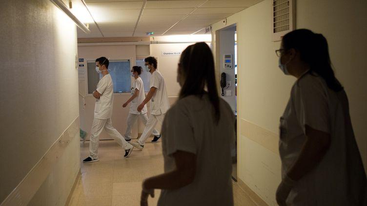 Des soignants dans les couloirs d'une unité de soins intensifs, à Nantes (Loire-Atlantique), le 19 mai 2020. (LOIC VENANCE / AFP)