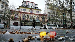 Une femme passe devant le Bataclan, le 17 novembre 2015 à Paris. (PATRICK KOVARIK / AFP)
