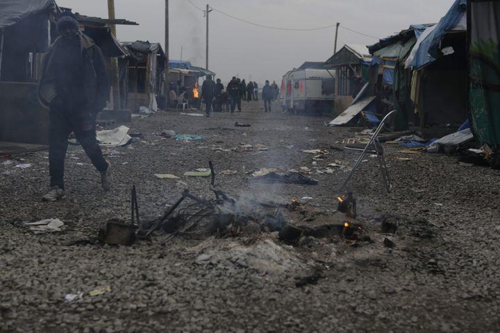 "Une artère de la ""jungle"" de Calais, le 24 octobre 2016. (MAXPPP)"
