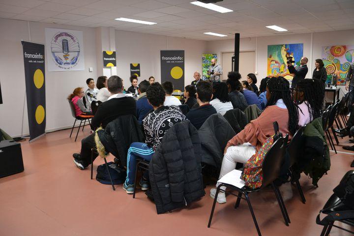 """L'émission a été enregistrée en public, avec notamment les autres élèves de la classe """"média"""". (ESTELLE FAURE / FRANCEINFO - RADIOFRANCE)"""