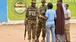 Les forces de sécurité kenyannes sont toujours postées dans le campus de l'université de Garissa (Kenya), le 3 avril 2015. (CARL DE SOUZA / AFP)
