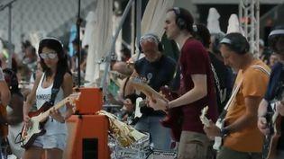 Les musiciens amateurs répètent leurs gammes avant le concert au Stade de France. (Capture d'écran France 2)