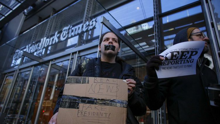 Manifestation de soutien devant le New York Times aprèsque le prestigieux quotidien s'est vu refuser vendredi dernier le breafing du porte-parole de la Maison-Blanche. (KENA BETANCUR / AFP)