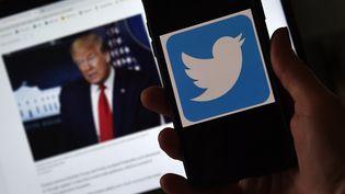 La guerre est déclarée entre le président américain et le réseau social Twitter, le 27 mai 2020. (OLIVIER DOULIERY / AFP)