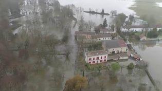 Courcoury, un village de Charente-Maritime victime d'une importante crue, est devenu une île, complètement encerclée par les eaux. Dans la commune, la solidarité s'organise. (France 2)
