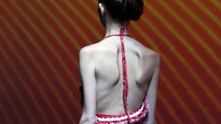 Une mannequin de dos lors d'un défilé en 2008. (MAXPPP)