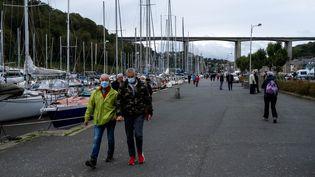 Des passants portent un masque à Saint-Brieuc (Côtes-d'Armor), le4 octobre2020. (MARTIN BERTRAND / HANS LUCAS / AFP)