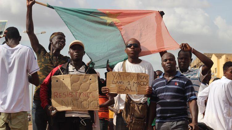 Des manifestants, après l'annonce du retour du président Michel Kafando au pouvoir, le 23 septembre 2015,à Ouagadougou. (OLYMPIA DE MAISMONT / AFP)