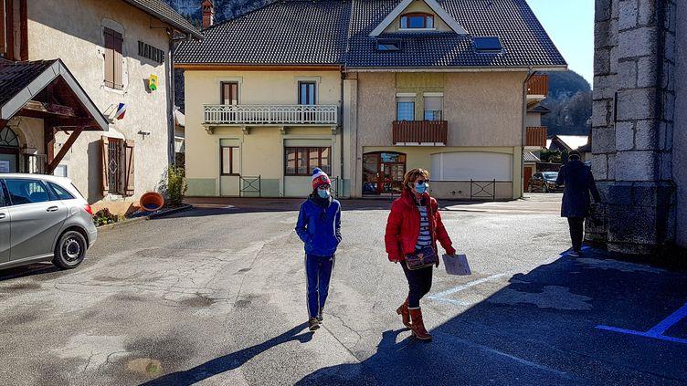 Depuis le 2 mars, la commune deLaBalme-de-Sillingy (Haute-Savoie) et ses 5 000 habitantssont sousclôche, confinés avant tout le monde. (MAXIME PETIT / AFP)