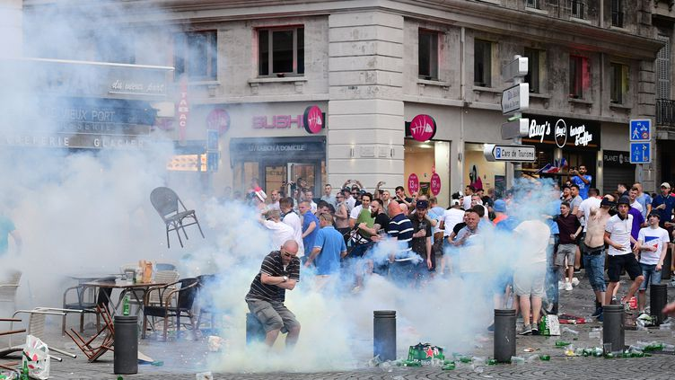 Des supporters anglais affrontent la police à Marseille à la veille du match Angleterre-Russie, le 10 juin 2016. (LEON NEAL / AFP)