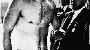 Le nageur hongrois Ervin Zador sort de la piscine olympique le visage ensanglanté, à l'issue de la demi-finale du tournoi de water-polo entre la Hongrie et l'URSS, le 6 décembre 1956 à Melbourne. (INP / AFP)