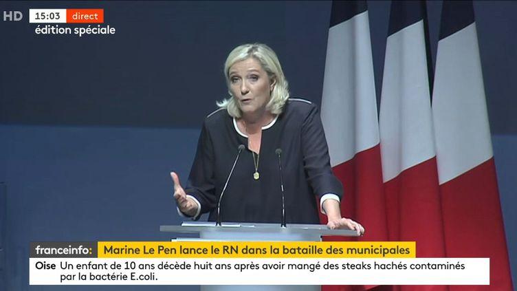 Marine Le Pen lors de son discours à l'université d'été du Rassemblement national à Fréjus (Var), le 15 septembre 2019. (FRANCEINFO)