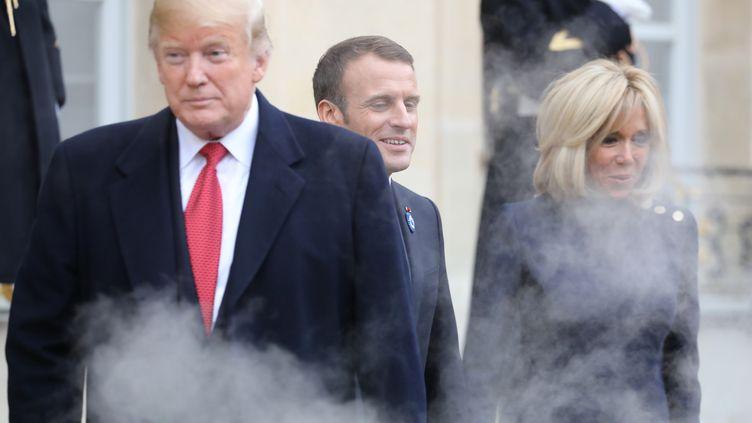 Donald Trump, Emmanuel et Brigitte Macron dans la cour de l'Elysée, à Paris, le 10 novembre 2018. (LUDOVIC MARIN / AFP)
