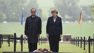 François Hollande et Angela Merkel au cimetière deConsenvoye (Meuse).le 29 mai 2016. (JEAN-CHRISTOPHE VERHAEGEN / AFP)