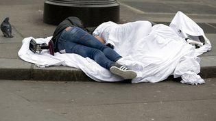 Dessans-abri dorment dans la rue de Rivoli à Paris, le 2 avril 2015. (KENZO TRIBOUILLARD / AFP)