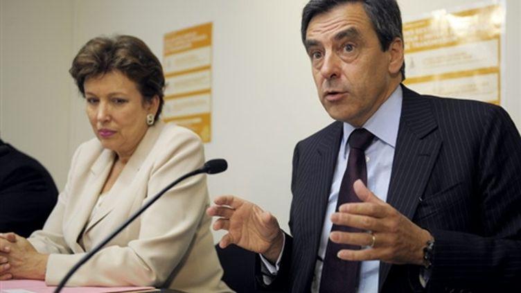 Le premier ministre François Fillon accompagné de la ministre de la Santé Roselyne Bachelot (© AFP Olivier Laban-Mattei)