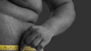 Un homme souffrant d'obésité mesure son tour de taille, le 25 juillet 2018. (Photo d'illustration) (SCIENCE PHOTO LIBRARY / AFP)